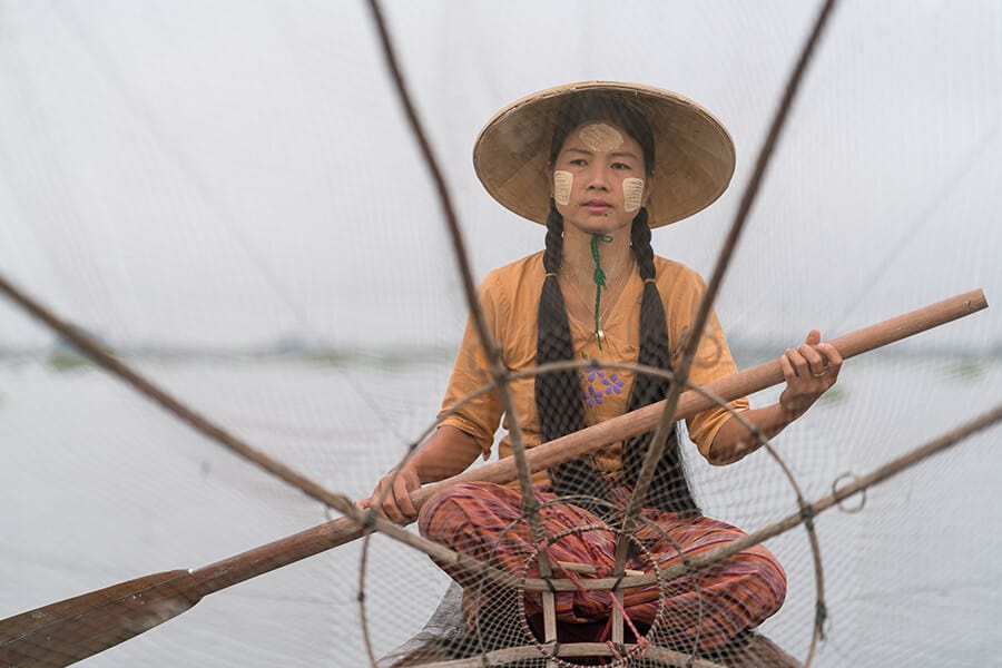 Fischerin auf Boot